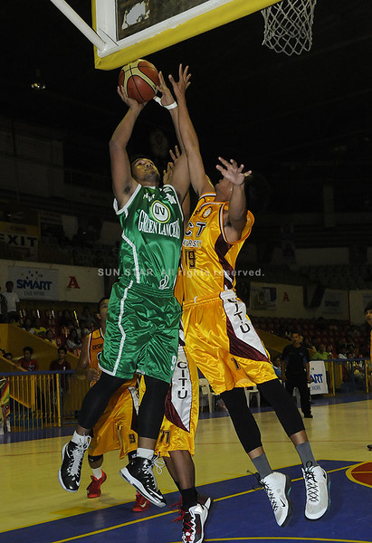 Wowie Escosio battles under the basket