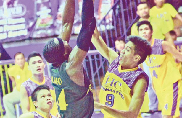 Tower.  USC's Shooster Olago dominates the middle against UC's Garciano Puerto (right) and Filvenson Culango (left) during the Cesafi match at the New Cebu Coliseum.  (Sun.Star Foto/Amper Campaña)