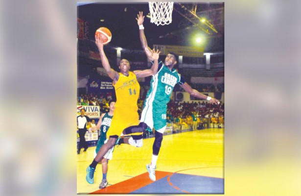 Stay in the game. One of the biggest factors in the series has been the foul troubles hounding imports Shooster Olago (left) and Steve Cedrick Akomo (right). Akomo had foul trouble in UV's losses in Games 1 and 3, while Olago had the same problem in Game 4. (Sun.Star File)