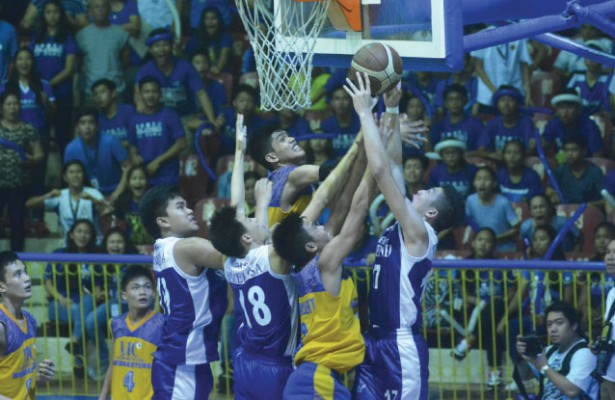 Game 3. SHS-Ateneo's Jed Colonio (right) tries to score on a putback in Game 2 of the Cesafi high school finals. Ateneo won, 63-53, to force a deciding Game 3 on Saturday. (Sun.Star Foto/Amper Campaña)